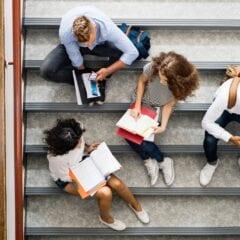 Uczniowie na schodach